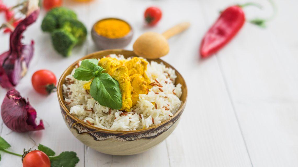 Ricette dal mondo: riso fritto con peperoni, pomodori e cipolla